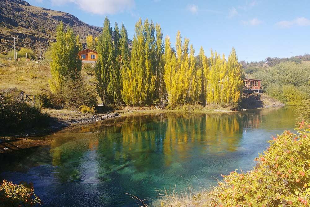 Одна из рек в поселении Кокран. В этом регионе растет много турецкого шиповника — на фото видны кусты в правом нижнем углу