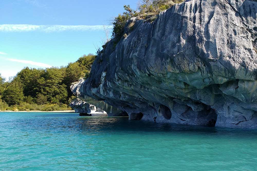 Приближаемся к Мраморным пещерам на лодке