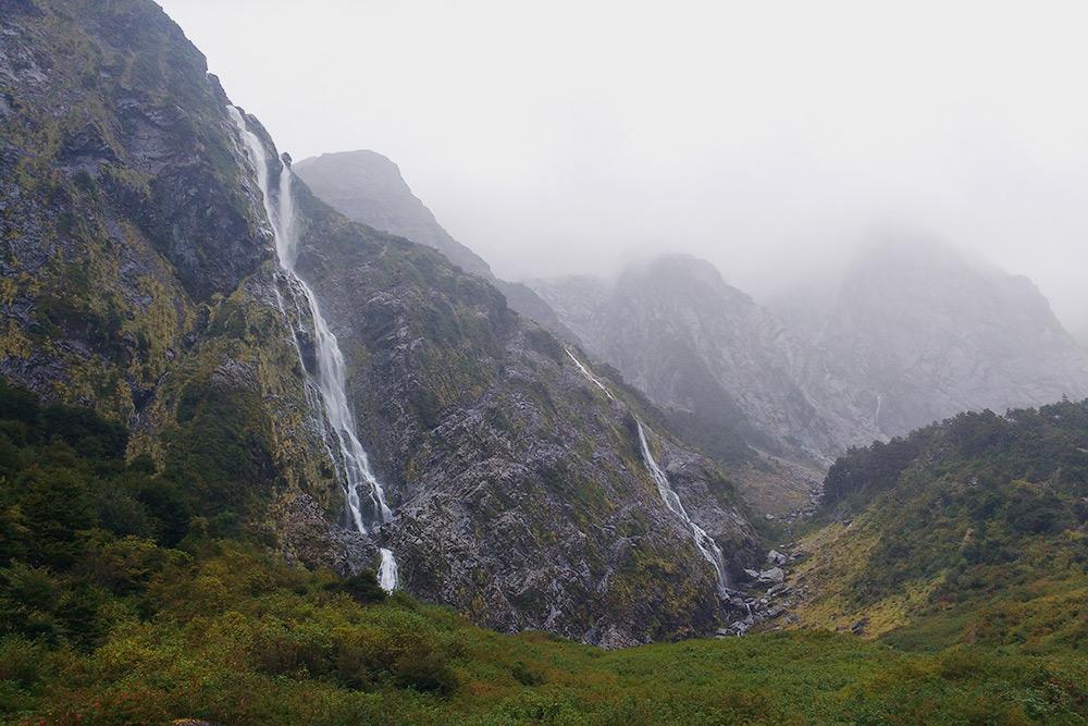 Как только тропинка выходит из магического леса, вы оказываетесь среди водопадов