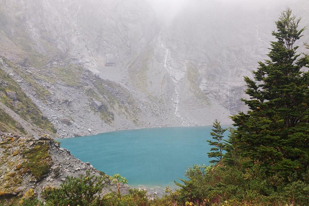 Подъем заканчивается красивым высокогорным озером