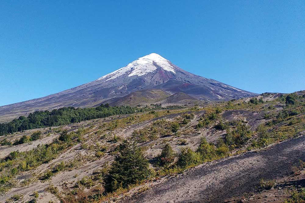 По другую сторону вулкана Осорно вся земля покрыта толстым слоем пепла. Взбираться сюда тяжеловато