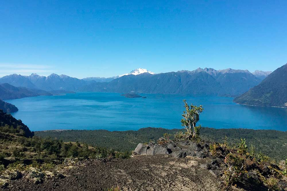 Вид с вулкана на озеро Петроуэ. За горной грядой находится аргентинский город Барилоче