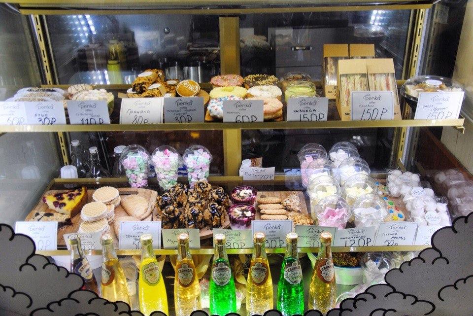 На витрину кофейни «Пенка» постоянно добавляют новые десерты