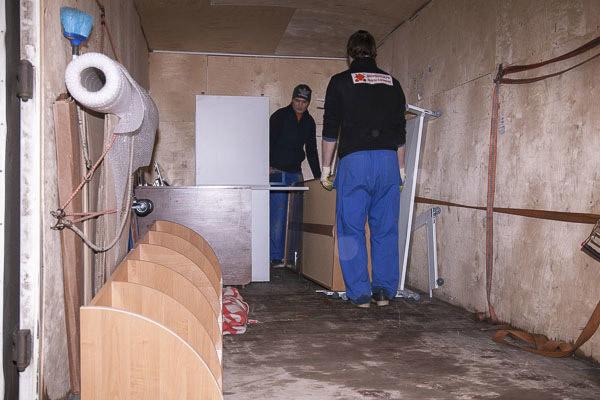 Кузов газели, приспособленной для перевозки мебели: стены обиты фанерой, есть крепежные ремни