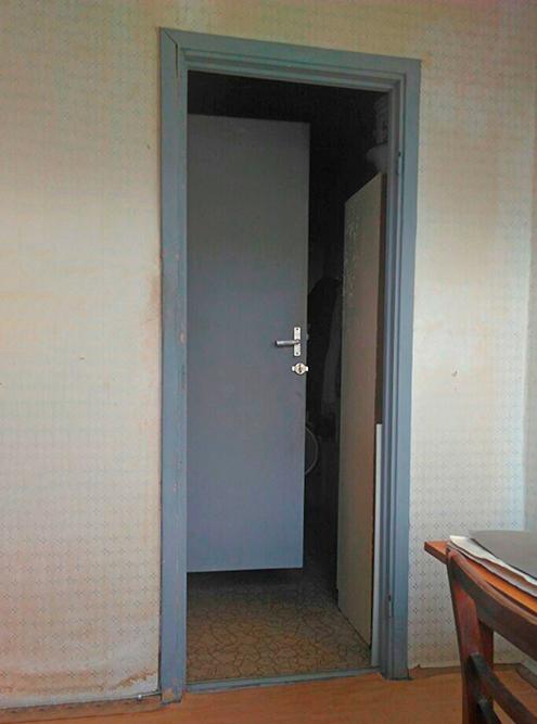 Вид из кухни на вход в нее из коридора. Если открыть двери в ванную и туалет, коридор будет полностью перекрыт