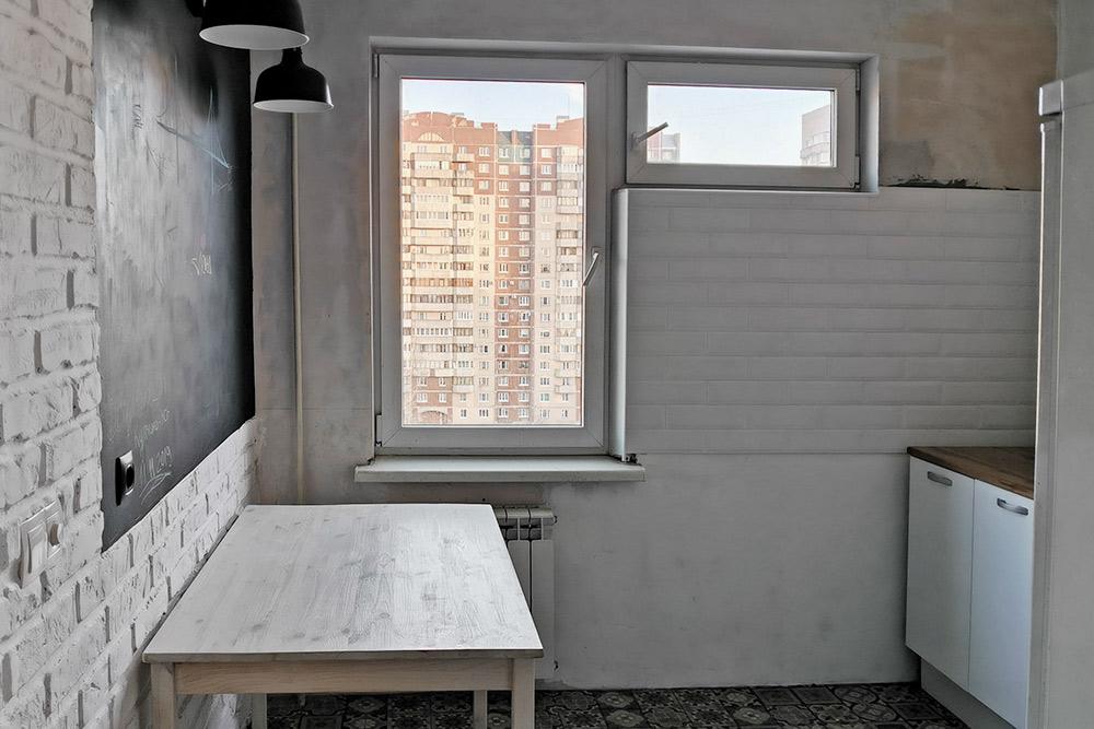 Раньше в кухню вела бесполезная дверь. Теперь в квартире просторный коридор, и пространство кухни визуально увеличилось