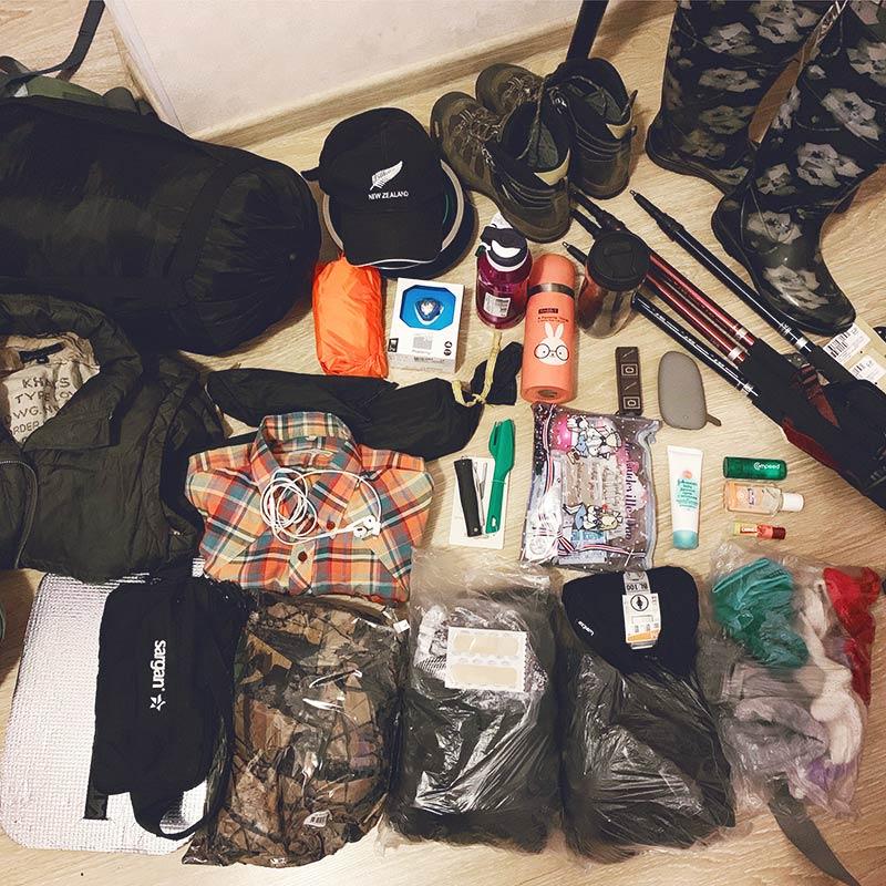 Это мое снаряжение перед тем, как отправиться в рюкзак. Я разложила все по мешкам, чтобы ничего не промокло