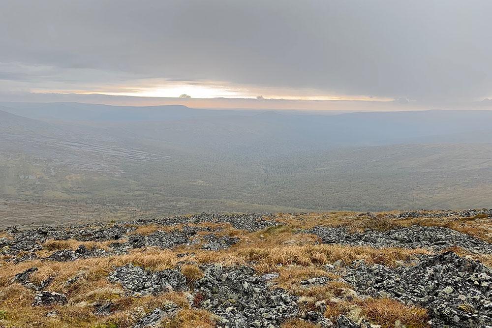 Навершине горы нас ждал марсианский пейзаж иневероятная тишина. Думаю, именно из-за этой тишины манси назвали еегорой мертвецов