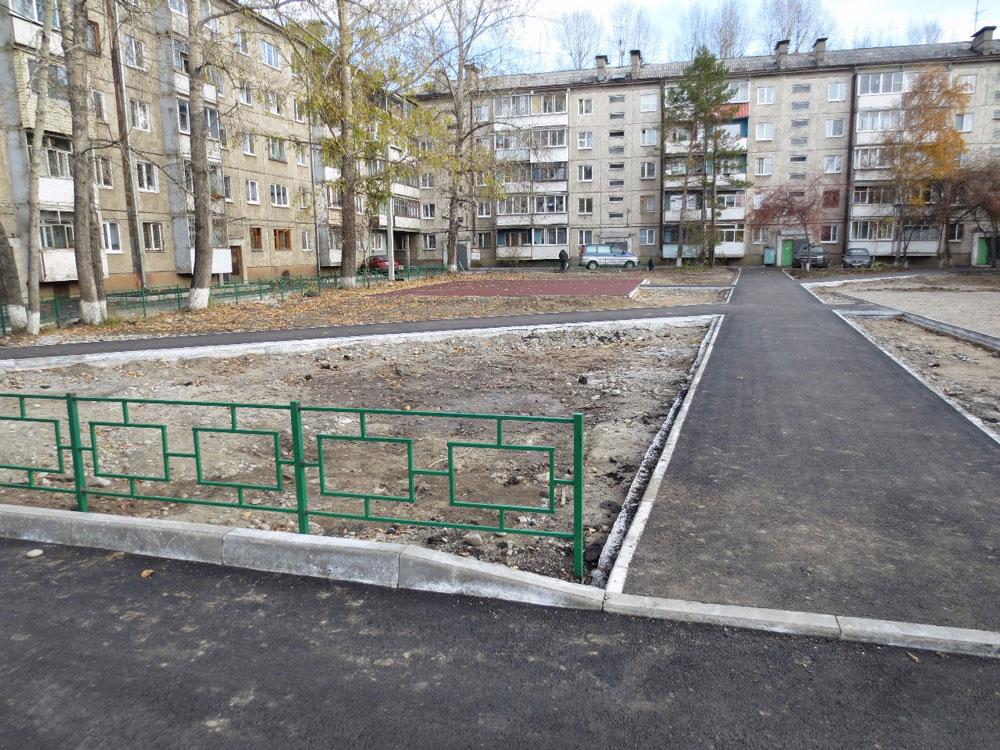 Благоустройство двора заняло три месяца, с августа по ноябрь. Источник: Admirk.ru