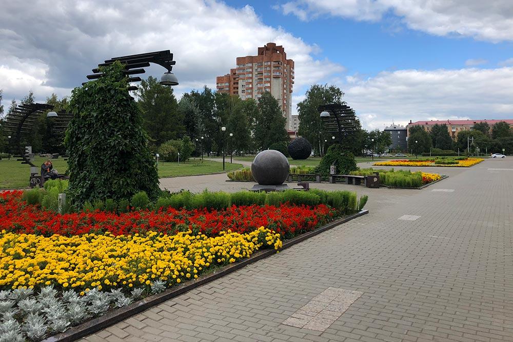 Парк расположен перед железнодорожным вокзалом ПермьII