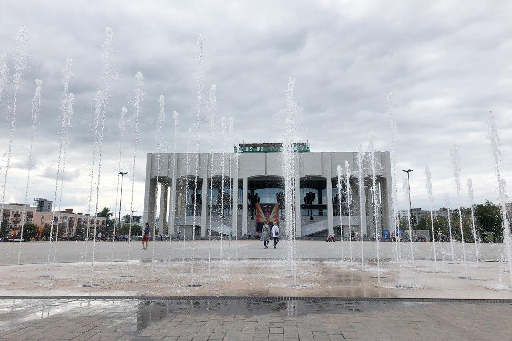 На площади перед Театром-театром летом включают фонтан «Театральный». В вечернее время он работает со светомузыкальным шоу. Расписание есть на сайте правительства Пермского края