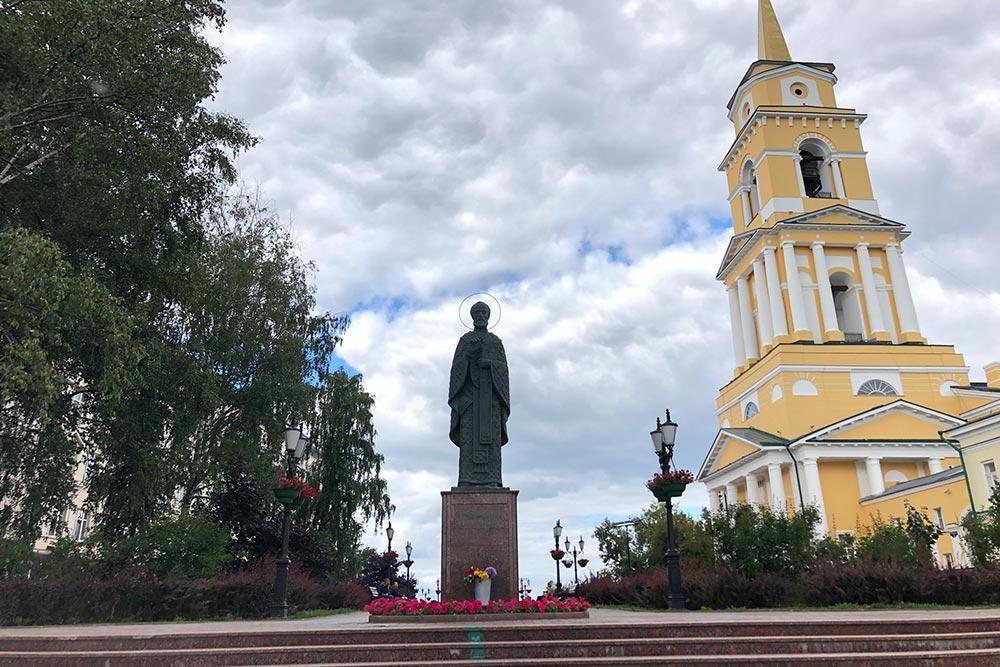 Перед галереей стоит памятник Николаю Чудотворцу, а справа — небольшая церковь