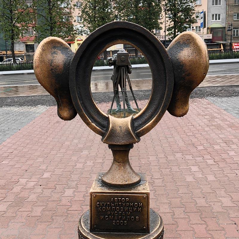 Путешественники и горожане приходят к скульптуре, чтобы примерить уши и сделать шуточные фотографии