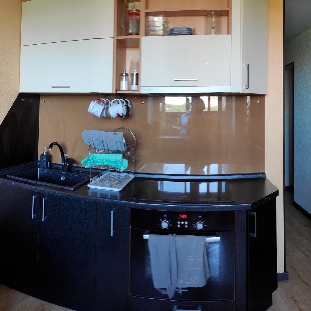 Первый блок кухни с варочной панелью, мойкой и духовкой стоил 100 000<span class=ruble>Р</span>