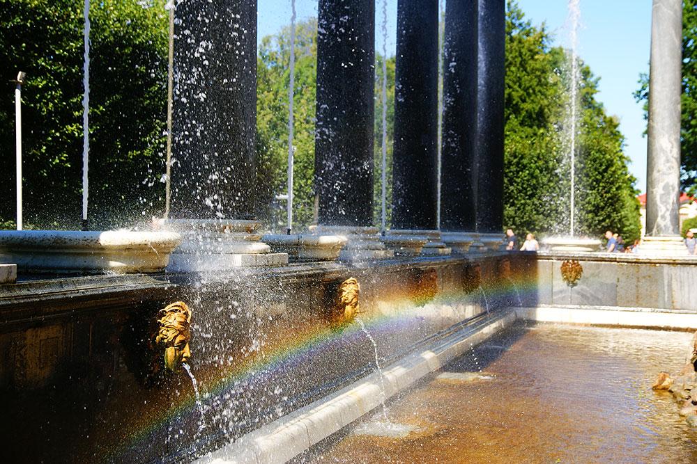 Вечная радуга фонтана Львиный каскад. Гранит дляфонтана добывали в карельском карьере Рускеала. Сейчас там горный парк