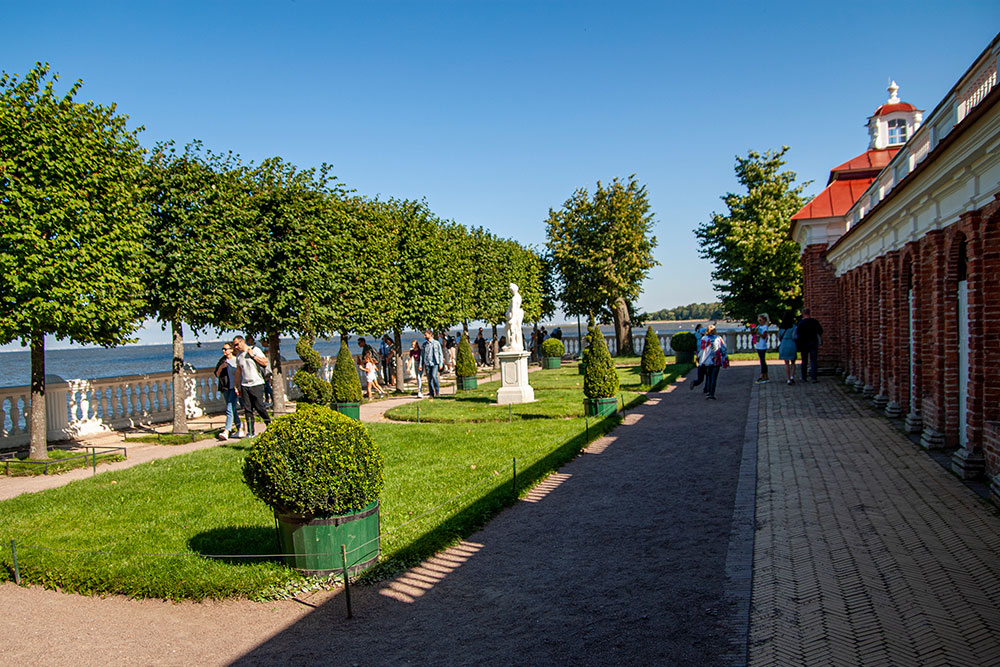 С террасы Монплезира виден Кронштадт, Петербург и башня «Лахта-центра»