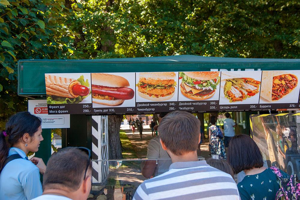 Основной ассортимент киосков вНижнем парке— бургеры ихот-доги
