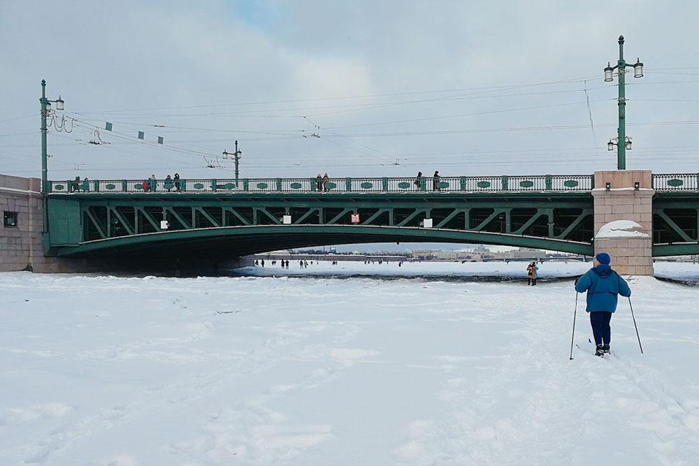 Зачем ехать в лес, когда можно покататься на лыжах прямо по Неве