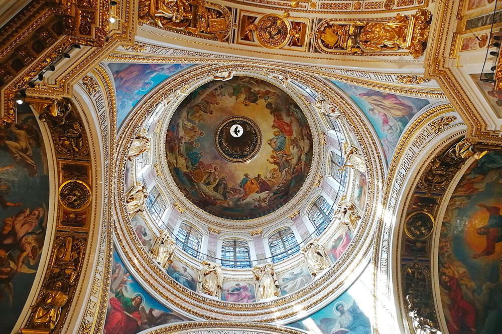 Внутри собор богато украшен. Там много туристов, но места хватает всем — в отличие от коридоров Ватикана