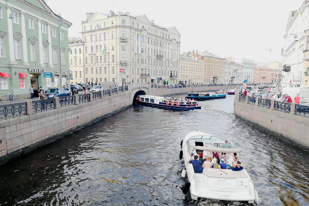 Прокатиться по рекам и каналам любят и туристы, и местные жители