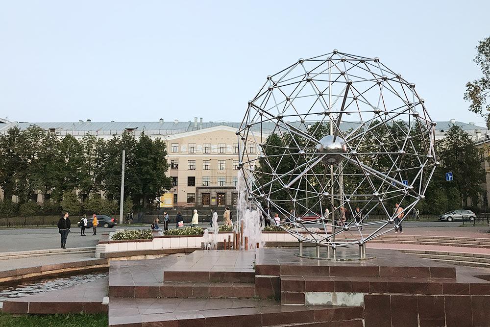 Обычно фонтан включают в мае и отключают в сентябре