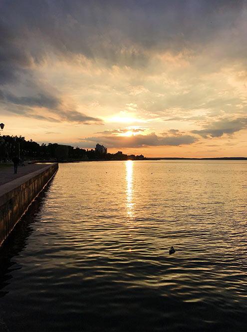 Самое красивое время на Онежской набережной — закат