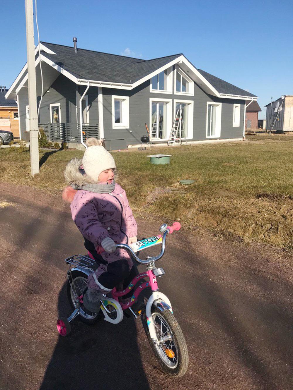 Дочка постоянно гуляет: на улице выплескивает всю свою энергию и засыпает беззадних ног — это дляменя тоже огромный плюс
