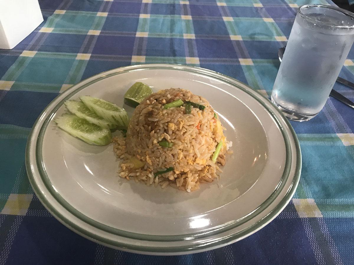 Традиционное тайское блюдо — жареный рис с овощами, от 60 бат (100<span class=ruble>Р</span>)