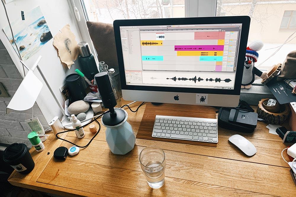Мое рабочее место. Я пишу в микрофон Razer Seiren X, на фото он стоит на вазе, чтобы был ближе к губам