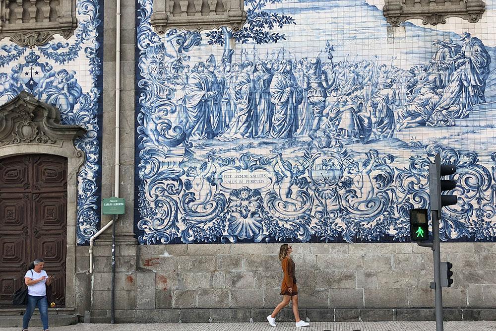 Сине-белые фасады вПорту встречаются накаждом шагу. Стену нацеркви Igreja dosCarmelitas лучше фотографировать через дорогу
