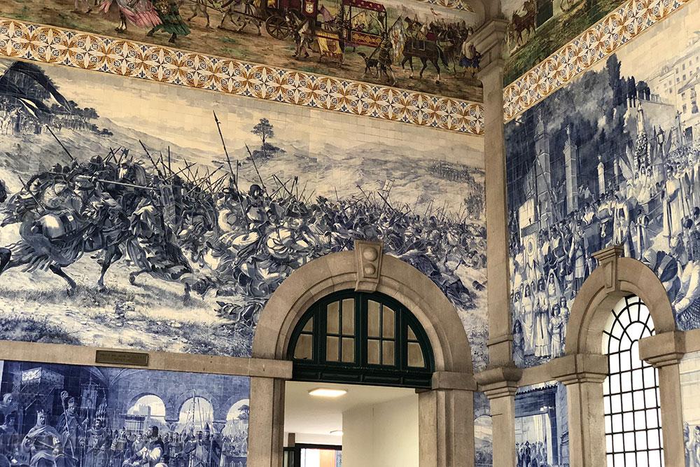 Главный вокзал вПорту поражает своей красотой. Я советую обязательно туда зайти. Здесь изображена практически вся история Португалии