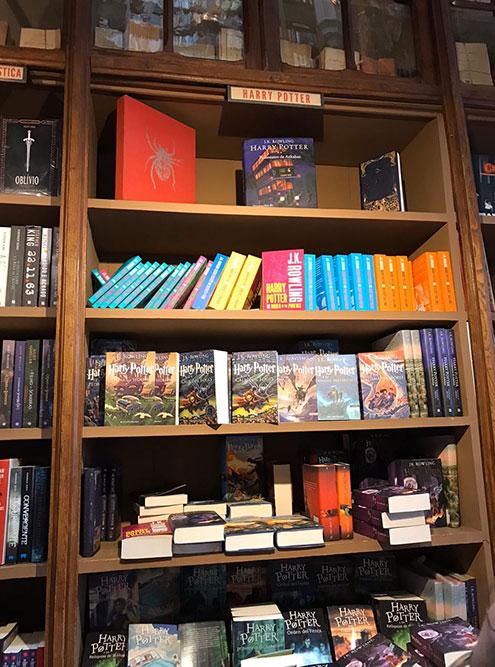 В магазине продаются книги проГарри Поттера в разных переплетах и на разных языках