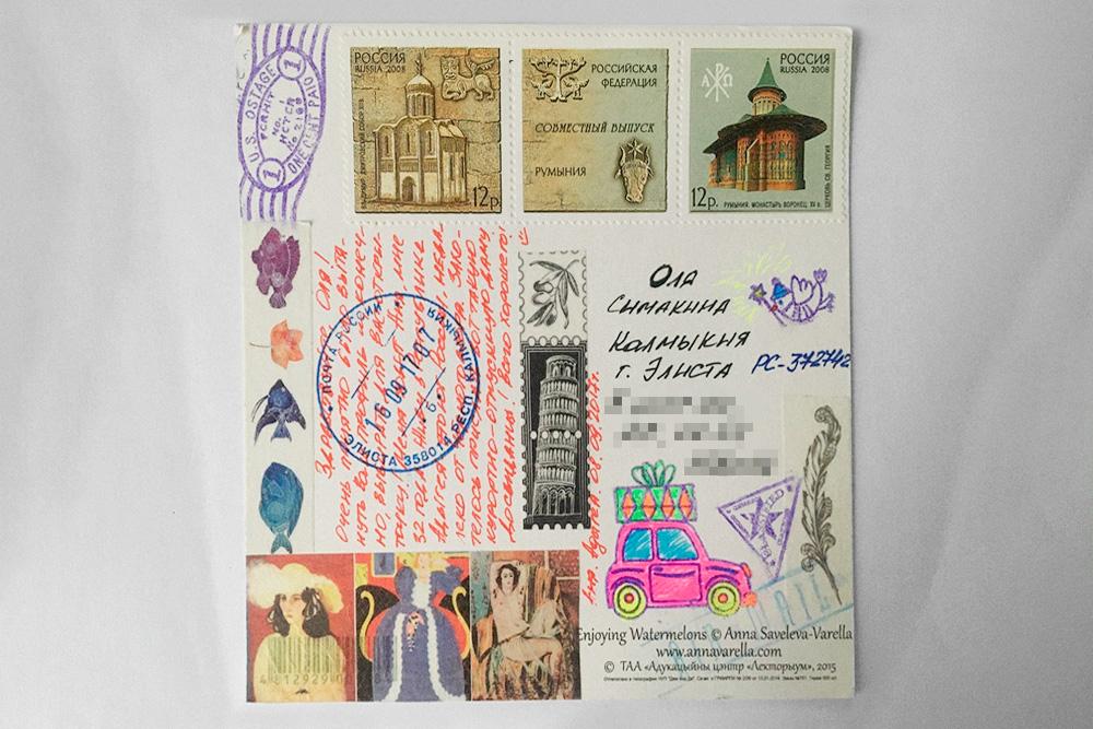 Некоторые не только пишут текст, но и украшают открытки рисунками и наклейками