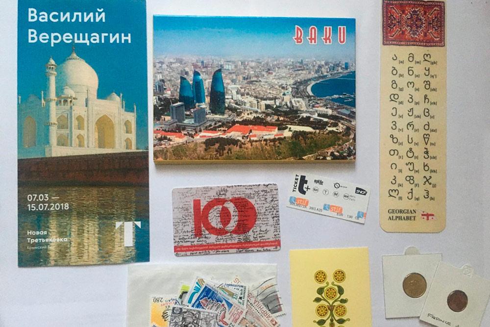 Вместе с открытками я иногда получаю в подарок от адресатов монетки, марки, закладки, календари, наклейки и прочие мелочи