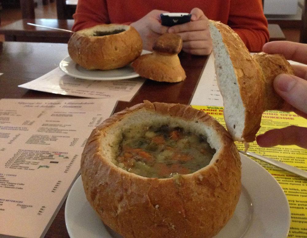 Овощной суп в хлебе в монастырской пивоварне