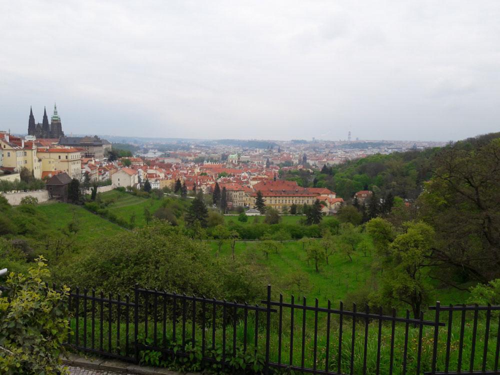 Парк на склоне Петршинского холма. Слева виден собор Святого Вита