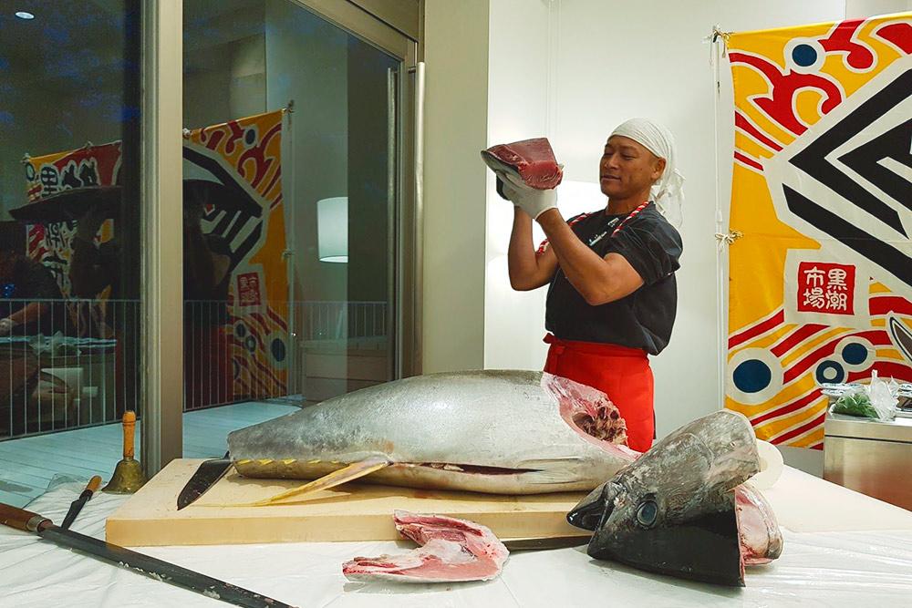 Частный показ магуро-шоу — разделки тунца самурайским мечом, катаной