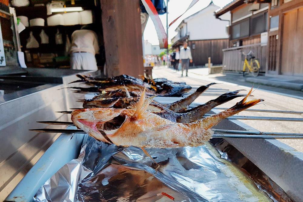 Жареная рыба на прилавках городка Юаса — родины соевого соуса