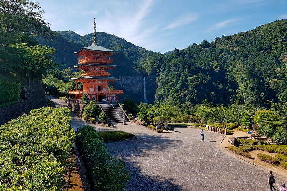 Святилище Хиро-дзиндзя, с которого открывается вид на священный водопад Нати — самый высокий в Японии, 133метра