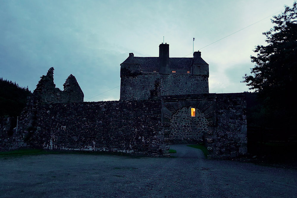 Хозяева шотландского замка Нейдпат обратились в организацию «Охотники за привидениями Шотландии» из-за необъяснимых явлений, которые пугали их гостей