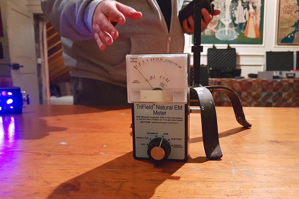 Чтобы фиксировать изменения электромагнитных полей, свидетельствующие о присутствии паранормальных сил, на столе перед камерой установили электромагнитный детектор