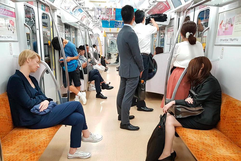 Справа — японский трудоголик, слева — журналист в пресс-туре