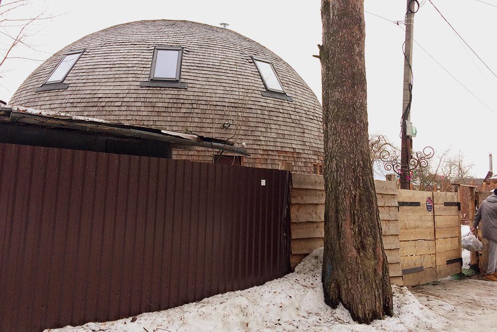 Экстерьер круглого дома в Королеве, который мы ездили смотреть. Диаметр дома — 12 метров. Снаружи дом отделан гонтом лиственницы — это вот эти деревянные дощечки