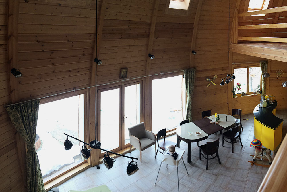 Интерьер, вид с лестницы. Одна из особенностей дома — свободная планировка. Можно сделать два или даже три этажа, панорамное остекление и большую гостиную со вторым светом и мезонином