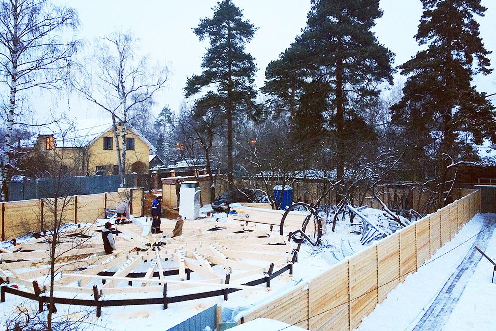 Общий вид участка с установленным свайным фундаментом в январе 2018года