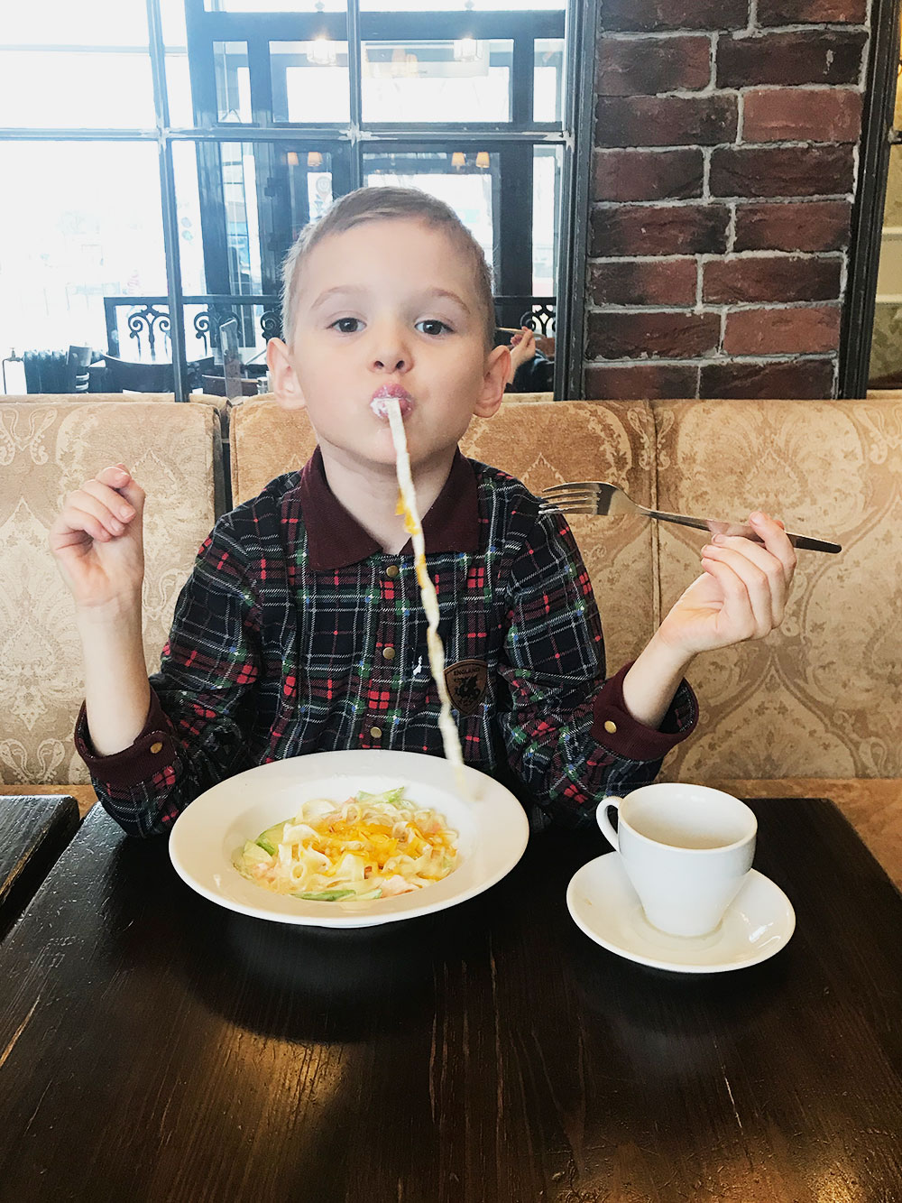 Сын по привычке просился в любимое кафе, пока я сидела на капусте и картошке