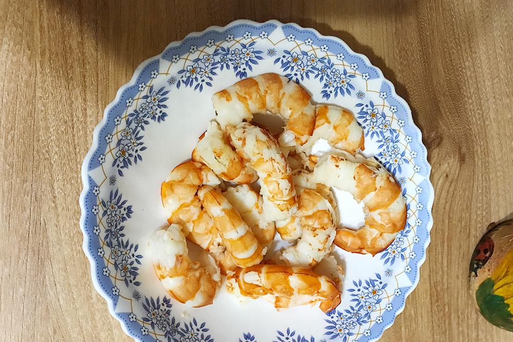 Мама привезла креветки вподарок. Это очень питательное блюдо, мне потом долго нехотелось есть