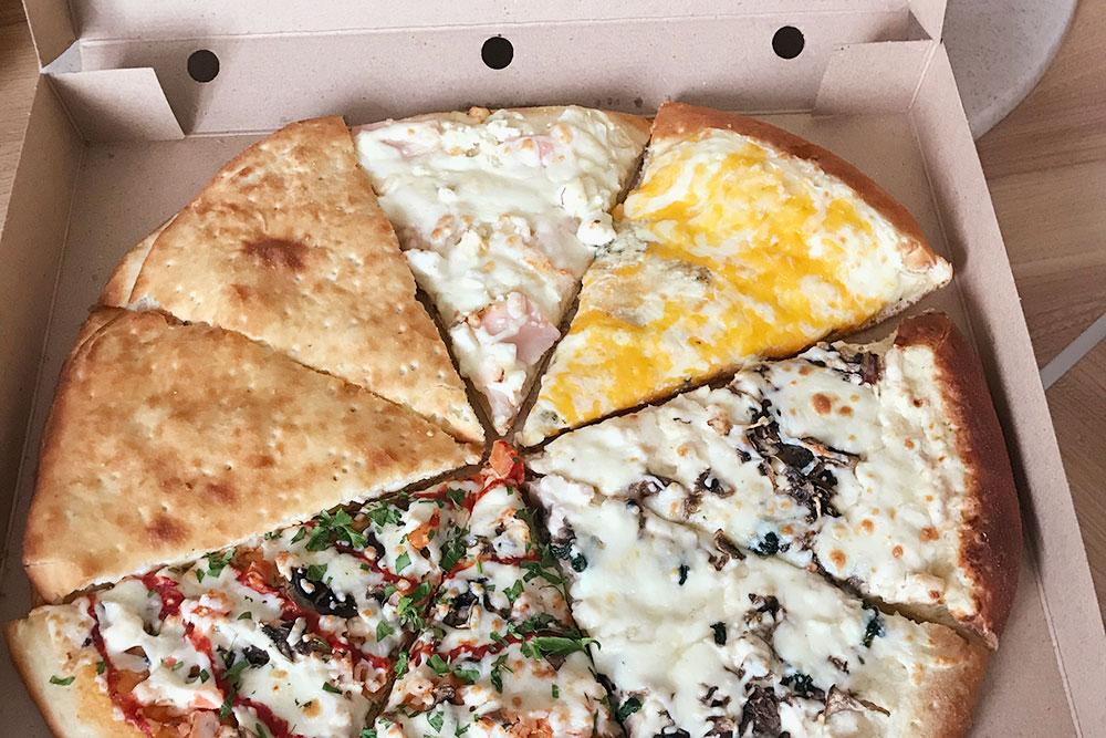 После супов, тушеной капусты и сырой моркови пицца казалась сложным праздничным блюдом. Съела три кусочка, еще три оставила на следующий день