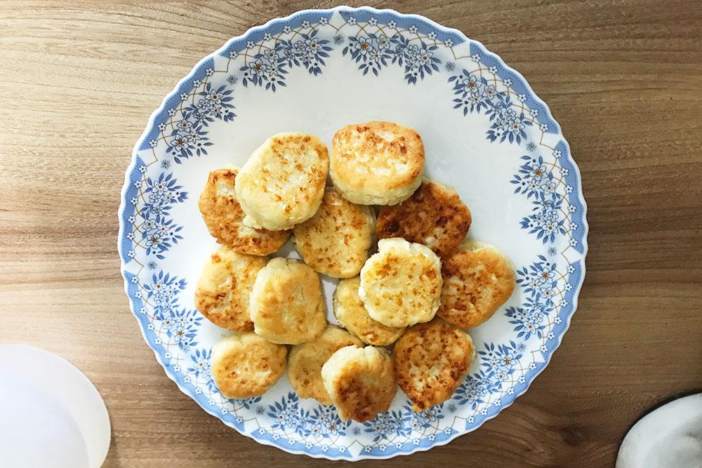Сделала сырники. Вобычное время ябы умяла всю тарелку сосметаной, носейчас растягиваю удовольствие: станет совсем голодно — возьму пару штук. Хватило наполтора дня