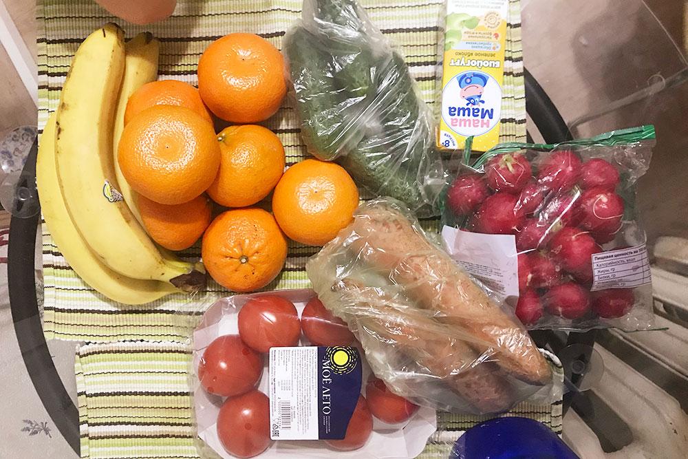 За эти продукты отдала 450<span class=ruble>Р</span>. Бананы и мандарины — последние фрукты в этом месяце, больше нельзя: в потребительской корзине мой лимит на них — 5 кг в месяц